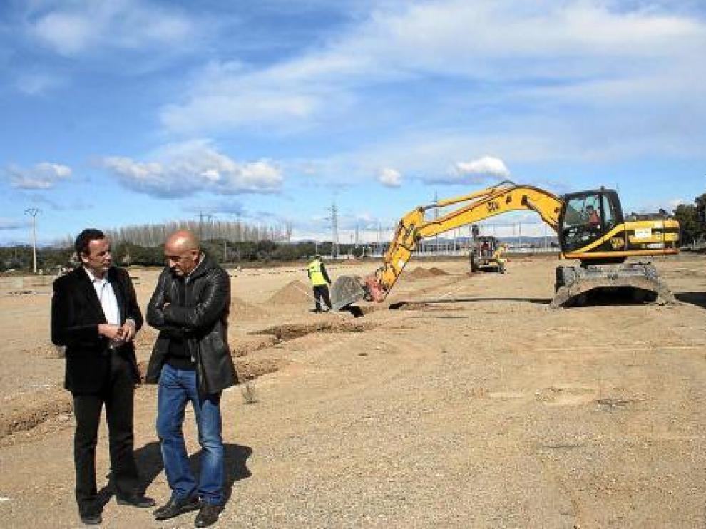 El alcalde Fernando Heras, a la izquierda, vio ayer sobre el terreno el inicio de las obras.