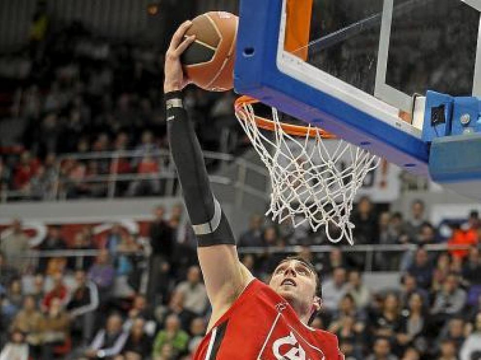 Pablo Aguilar controla un balón por encima del aro.