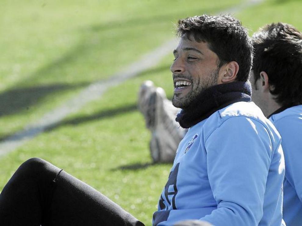 Tariq contempla sonriente un momento del entrenamiento de ayer celebrado en el campo del Montearagón.