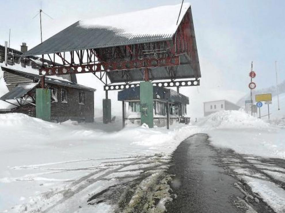 Un gran montón de nieve impedía el paso en la frontera de Portalet