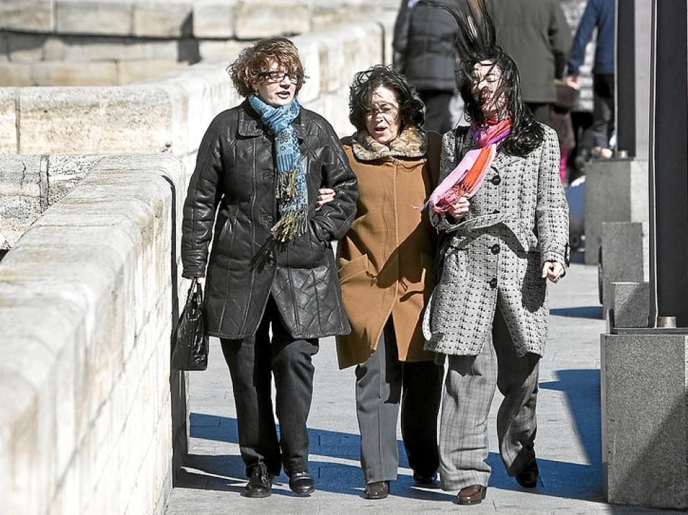 El viento acentuó la sensación de bajón térmico. En la foto, el puente de Piedra de Zaragoza.