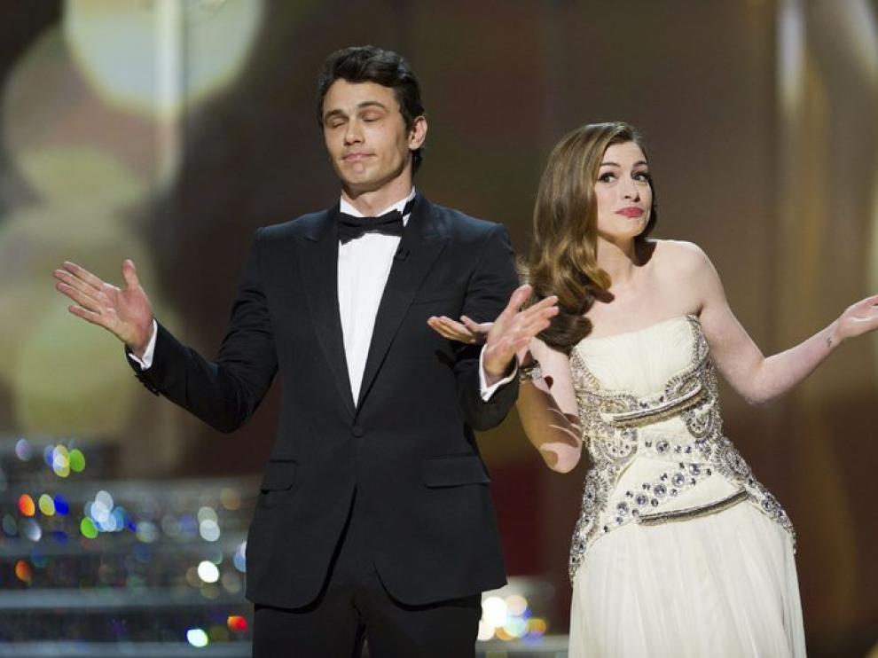 James Franco y Anne Hathaway, presentando los oscars