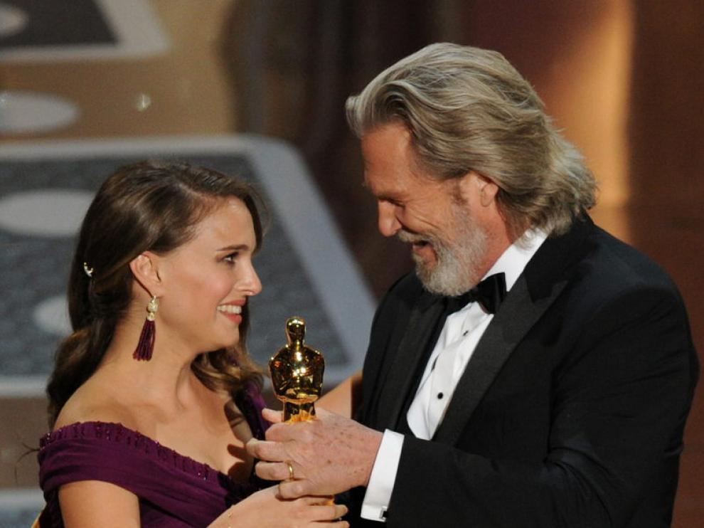 Natalie Portman recibe la estatuilla como mejor actriz principal de la mano de Jeff Bridges