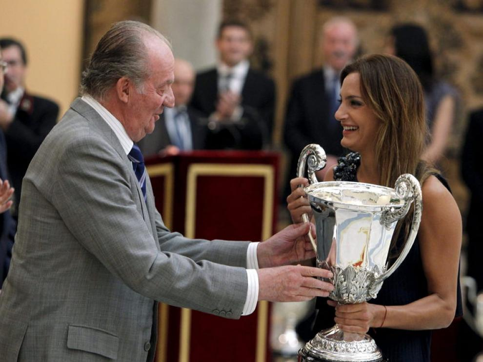 La jugadora de hockey argentina Luciana Aymar recoge el trofeo