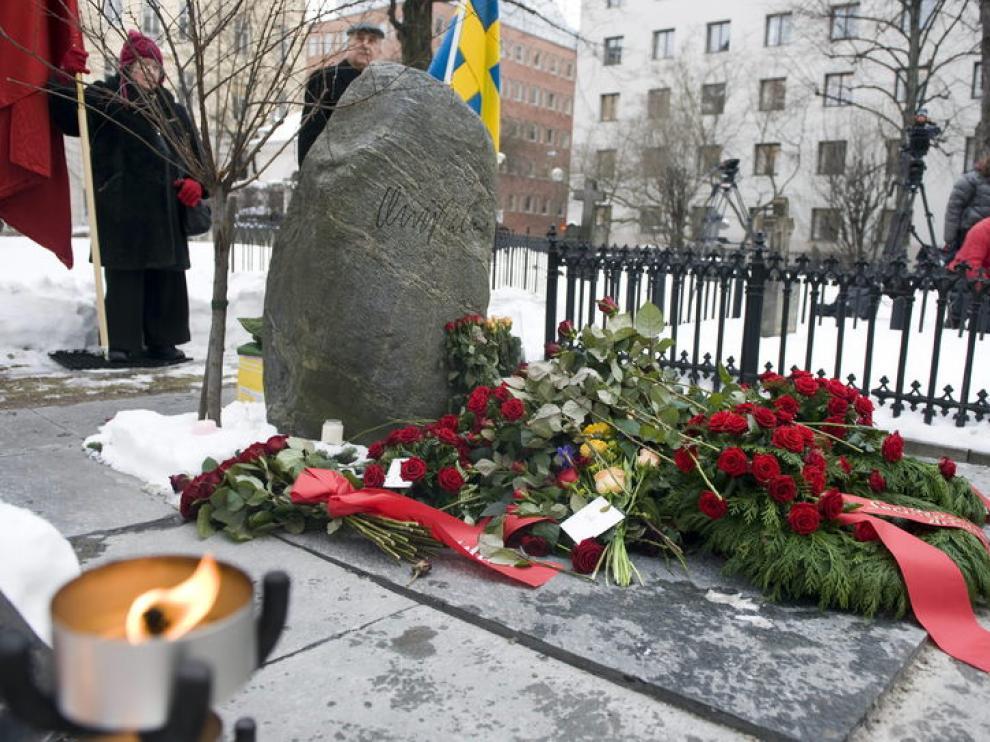 Ofrenda floral en la tumba del primer ministro sueco en el 25 aniversario de su asesinato