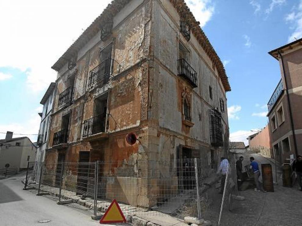 La demolición de la Casa Puértolas de Monreal del Campo -en la foto- comenzó ayer.