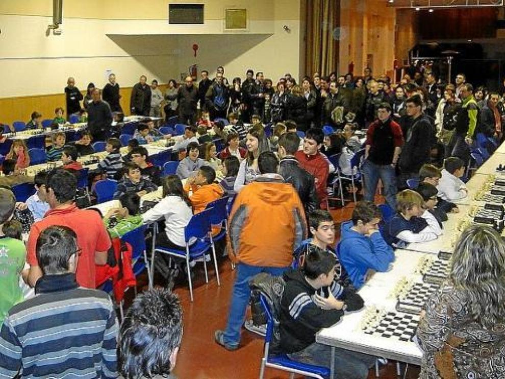 Numerosos tableros para participar en el torneo escolar celebrado el pasado domingo en Binéfar.