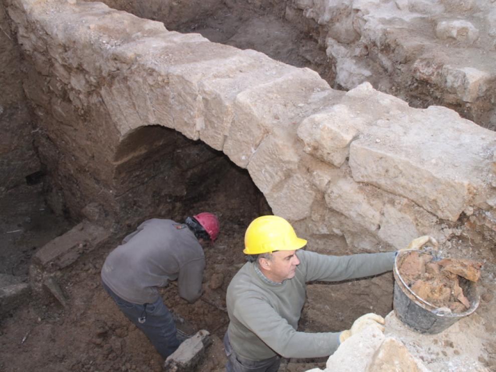 La excavación ha sacado a la luz uno de los canales de salida.