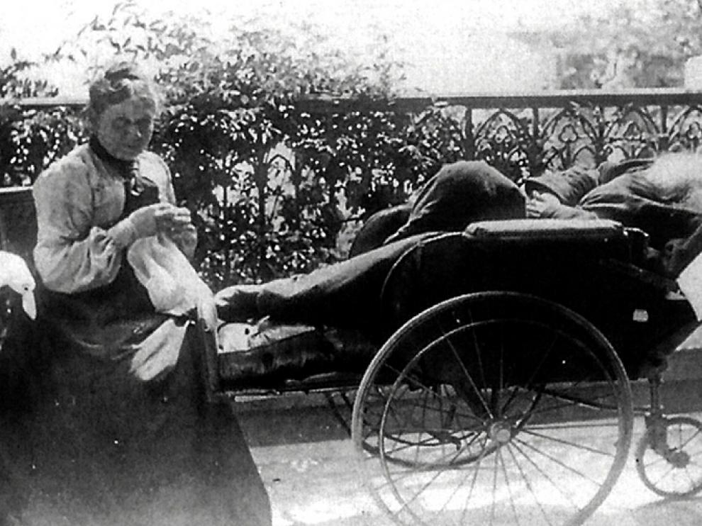 Una curiosa foto familiar, tomada en Crimea en 1902: Sonia y Leon Tolstoi, tumbado o dormido