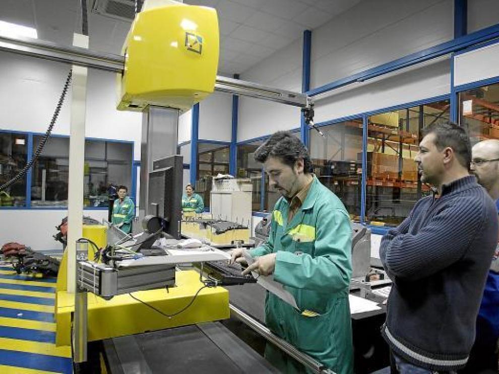Imagen de la fabricación del salpicadero del nuevo Meriva en CEFA (Malpica) en marzo de 2010.