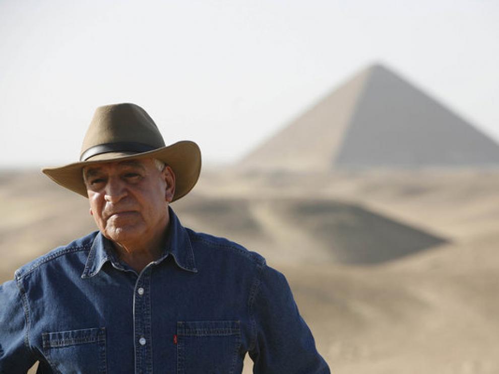 Zahi Hawass, en las pirámides de Giza