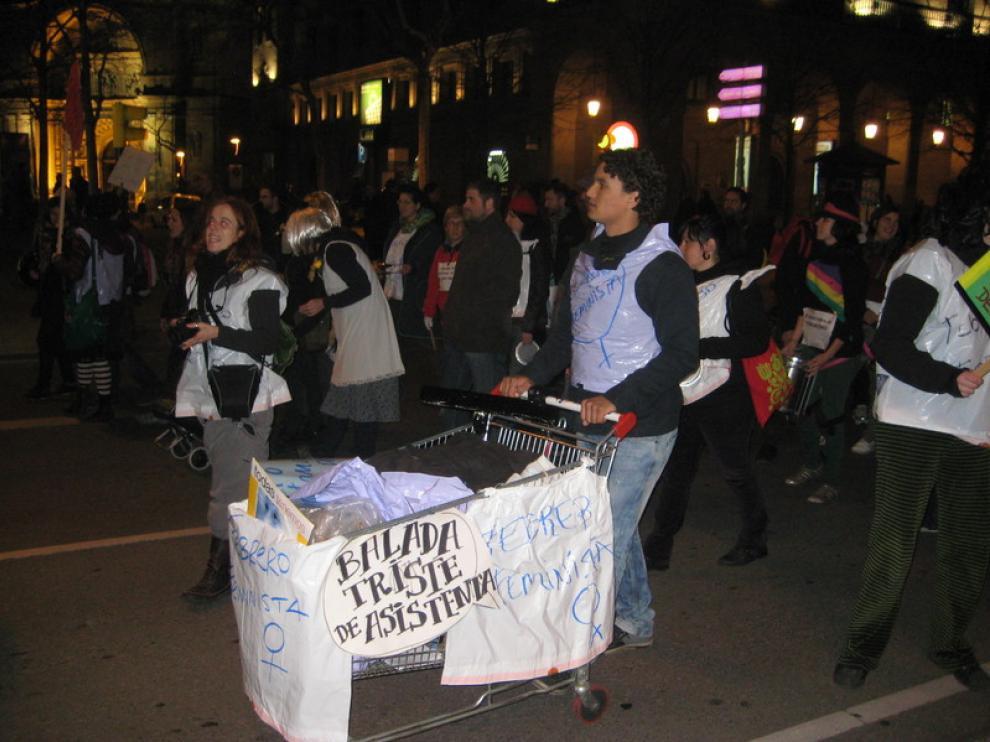 Algunos de los manifestantes que se han disfrazado y han portado mensajes de protesta