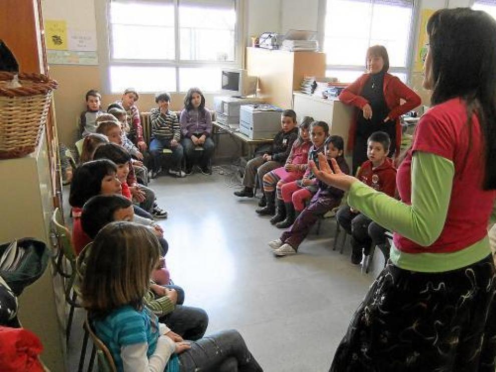 Feli Benítez durante el taller artístico con los niños de la escuela de Benabarre.