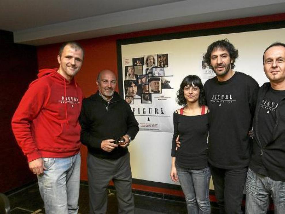 Maxi Campo (de rojo) y parte de su equipo posan ante el cartel de su película.