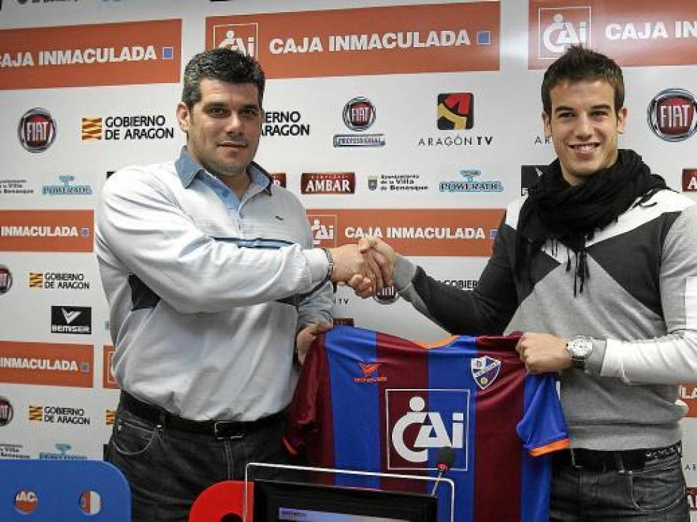 Íñigo Pérez estrecha la mano del presidente Losfablos, ayer, durante la presentación del jugador.