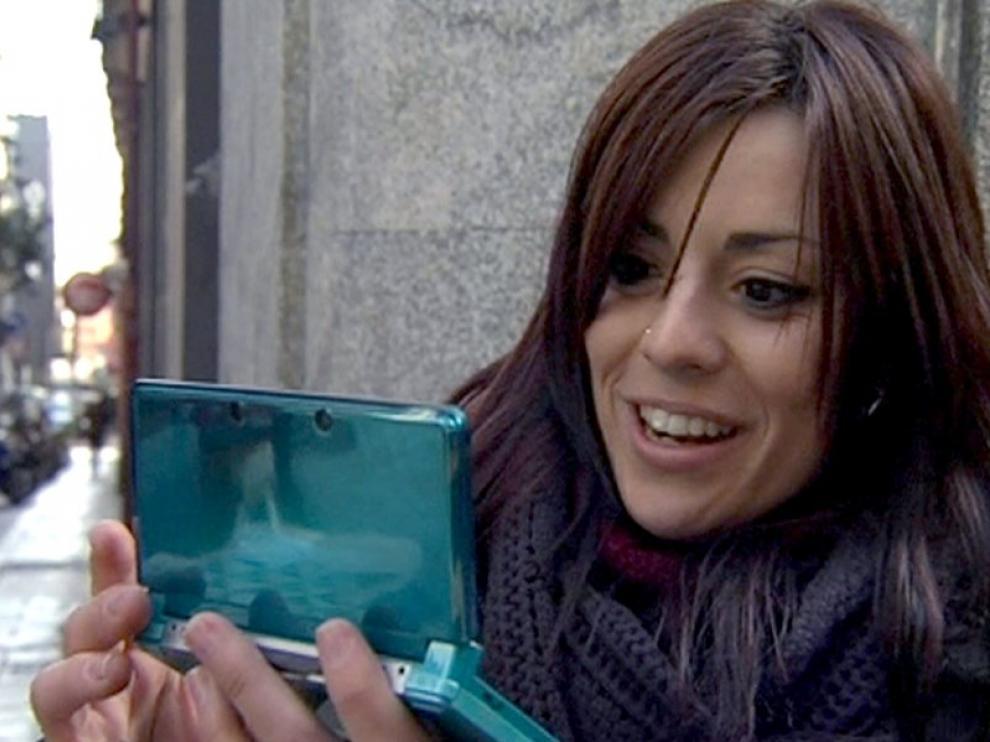 Una joven prueba la nueva Nintendo 3DS