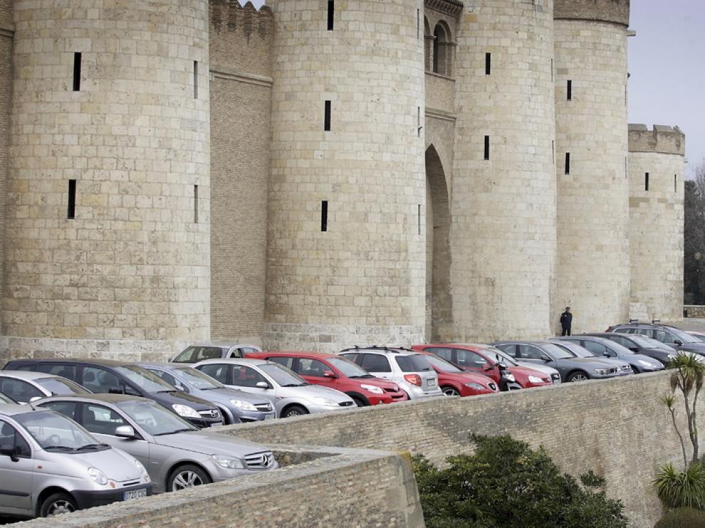 Coches aparcados delante de la Aljafería un día de pleno