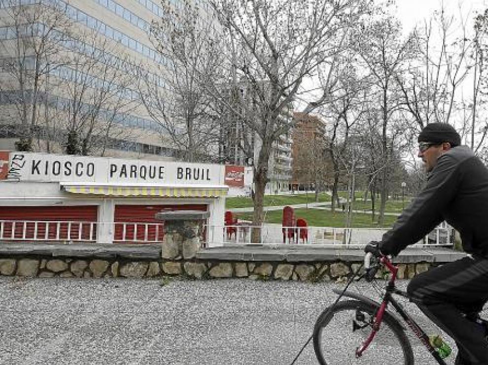 El quiosco del parque Bruil permanece cerrado hasta que comience la temporada de verano.