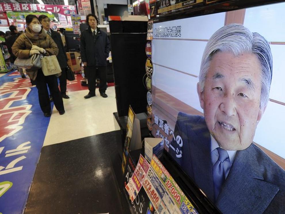 El emperador japonés habla en la televisión
