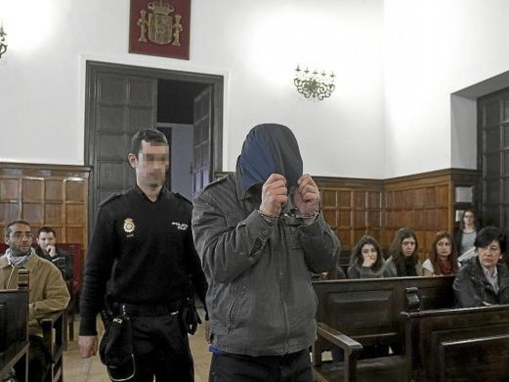 El acusado entró ayer en la sala de vistas tapándose la cabeza con la capucha de la cazadora.