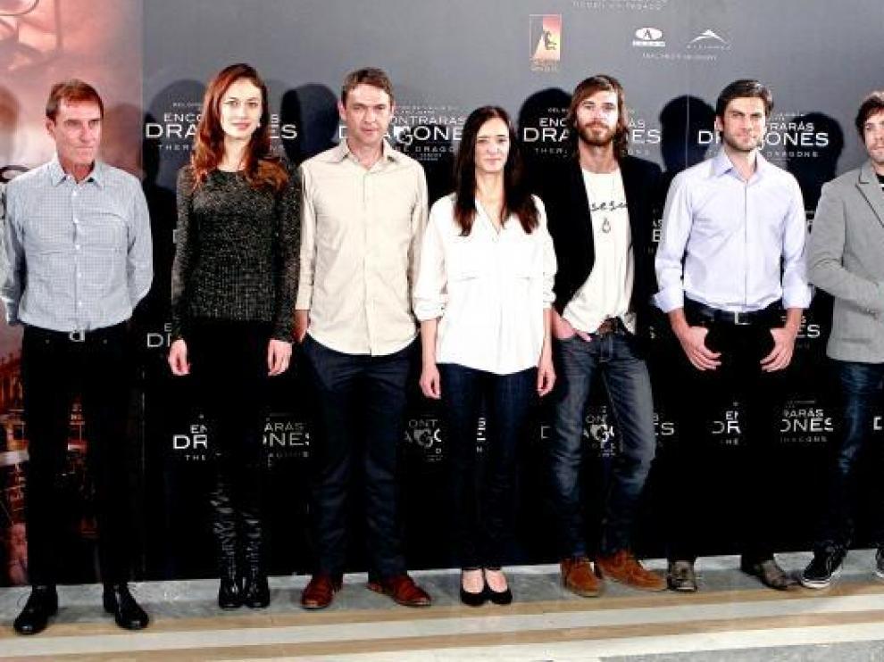 Roland Joffé, con los actores de la película, ayer en Madrid.