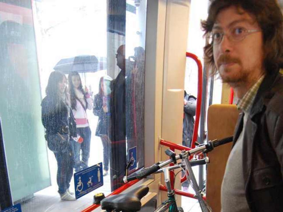 Lugar para bicicletas, sillas de ruedas y personas con movilidad reducida en el tranvía.