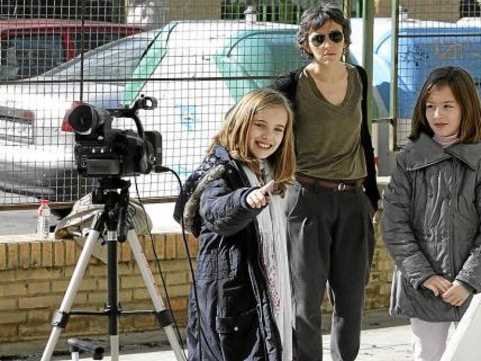 Lucía Martínez y una compañera, preparadas para grabar una secuencia en el colegio.