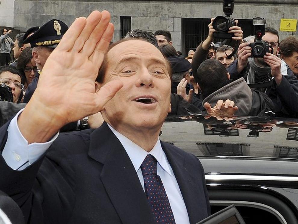 Silvio Berlusconi, saluda a sus simpatizantes a su salida del Palacio de Justicia en Milán