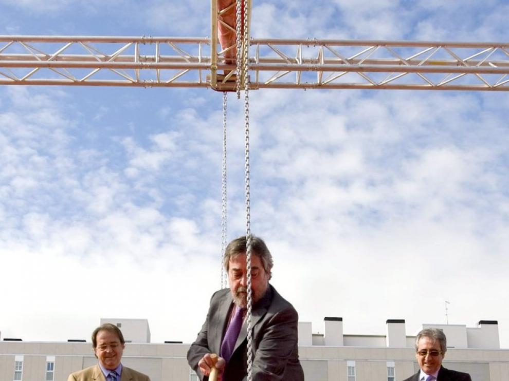 Juan Alberto Belloch durante el acto de colocación de la primera piedra del mercado Valdespartera