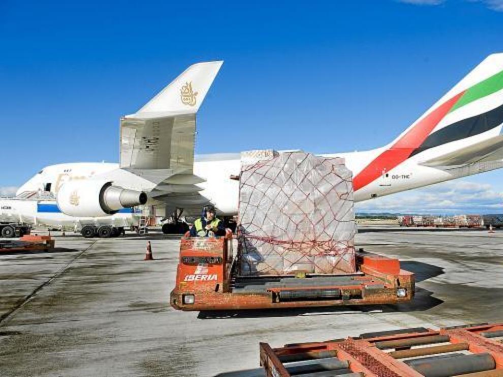 Maniobras de carga de un Boeing 747 Jumbo de la compañía Emirates en el aeropuerto de Zaragoza.