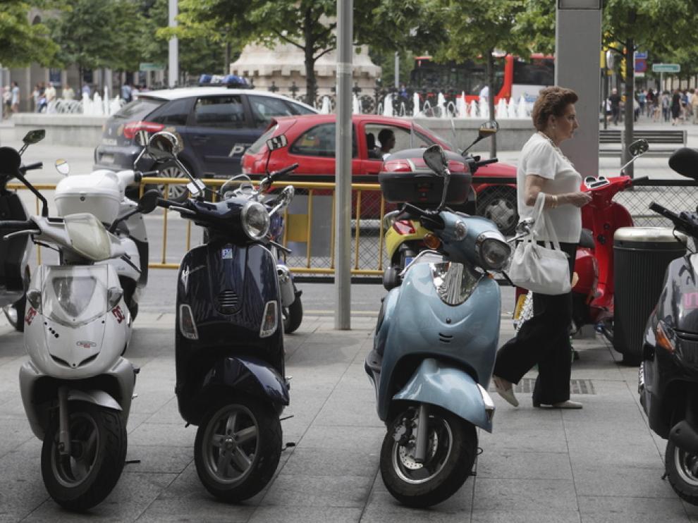 Motocicletas apracadas en la Puerta Cinegia.