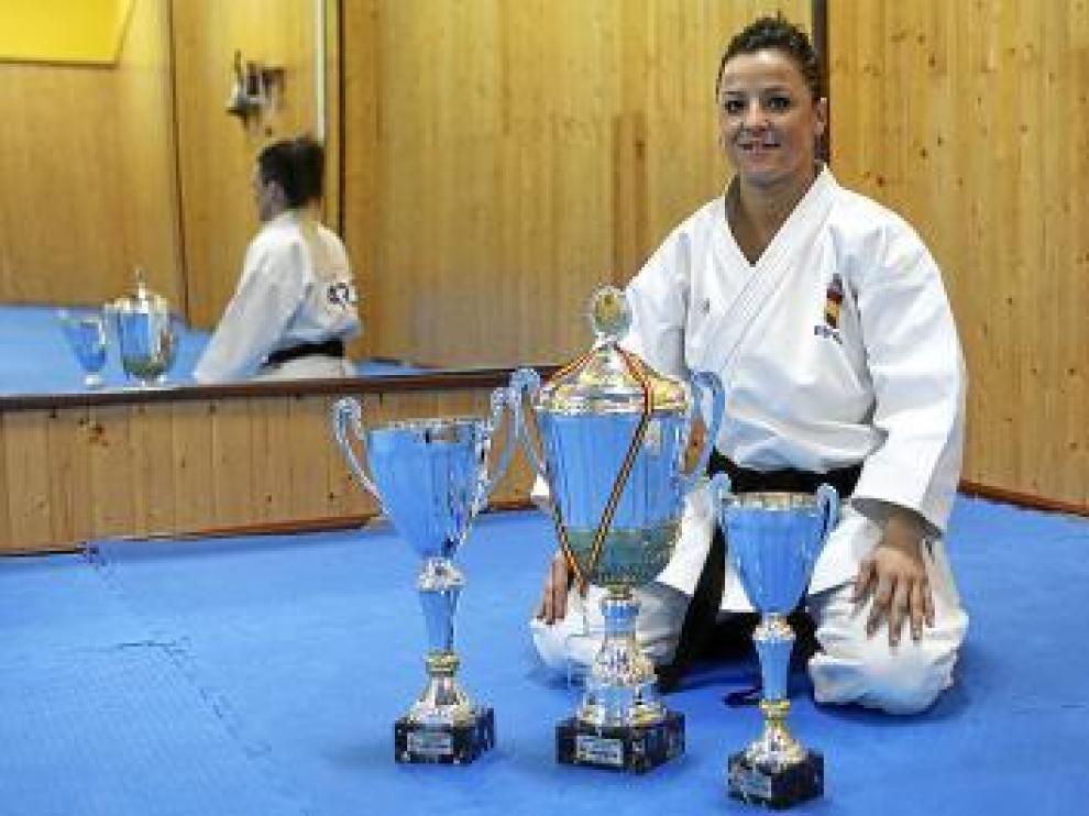 Yaiza Martín en su templo, el Shuriyama, y con sus trofeos.