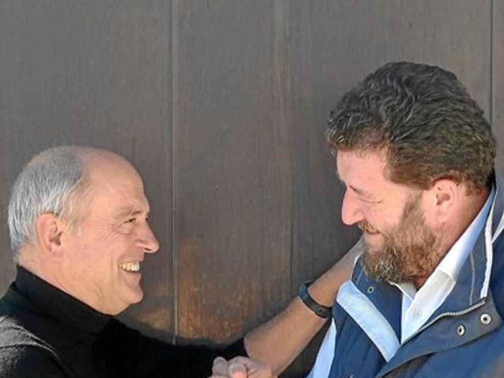 El ilustrador holandés Pat Andrea saluda afectuosamente al oscense Pepe Cerdá.