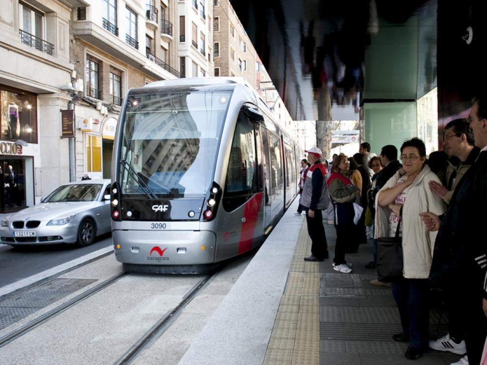 El paso del tranvía ha llegado a generar 44,7 decibelios a su paso por Fernando el Católico.