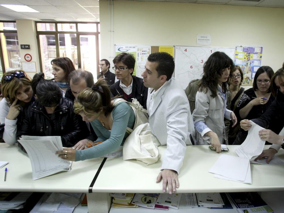Padres consultando listas durante el proceso de escolarización del curso pasado