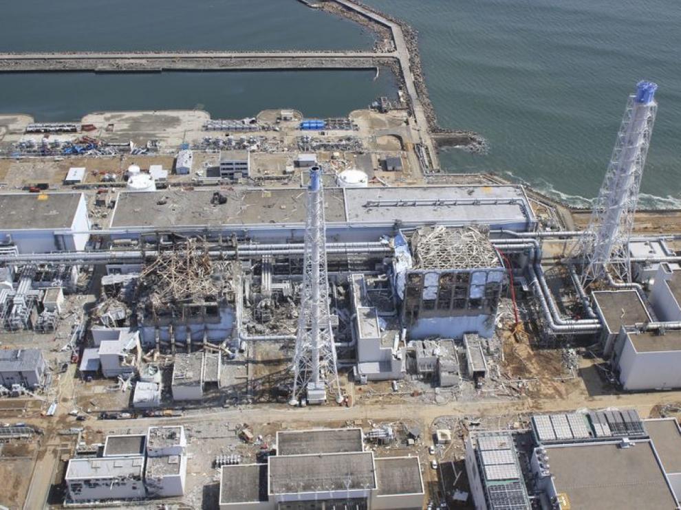 Vista aérea de las unidades dañadas en la central de Fukushima