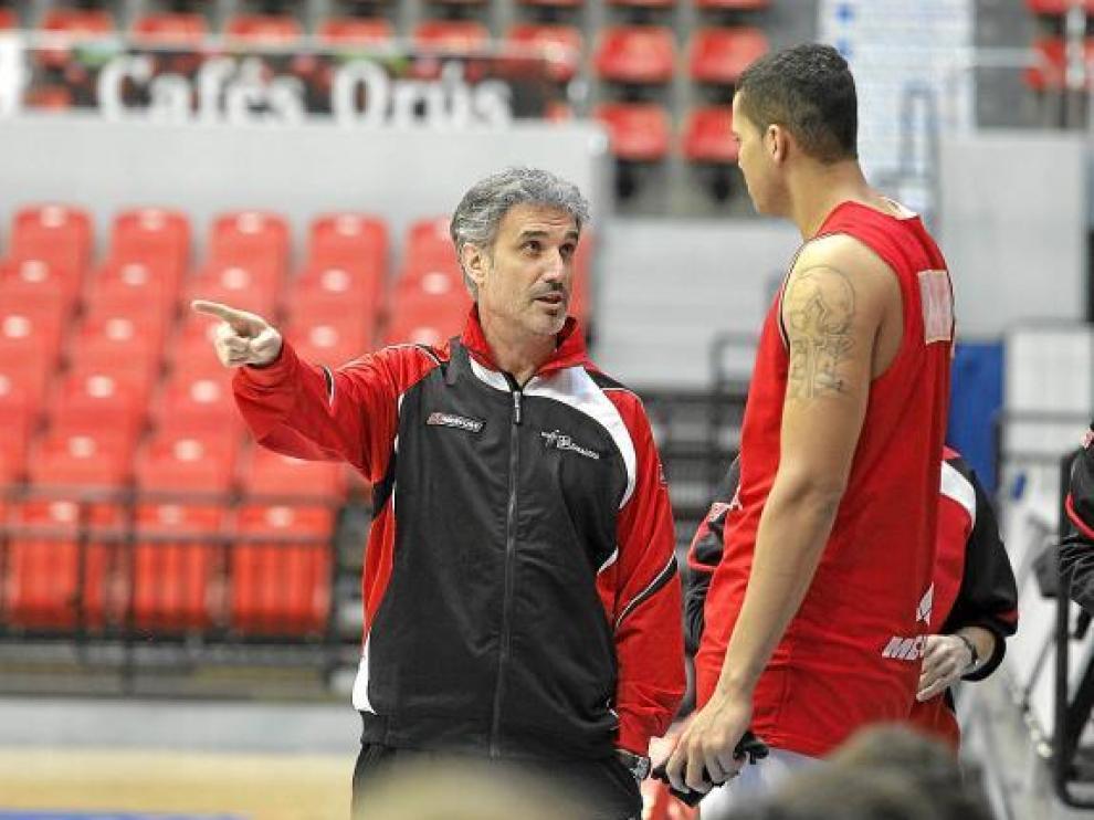José Luis Abós dialoga con Rafa Hettsheimeir durante un entrenamiento.