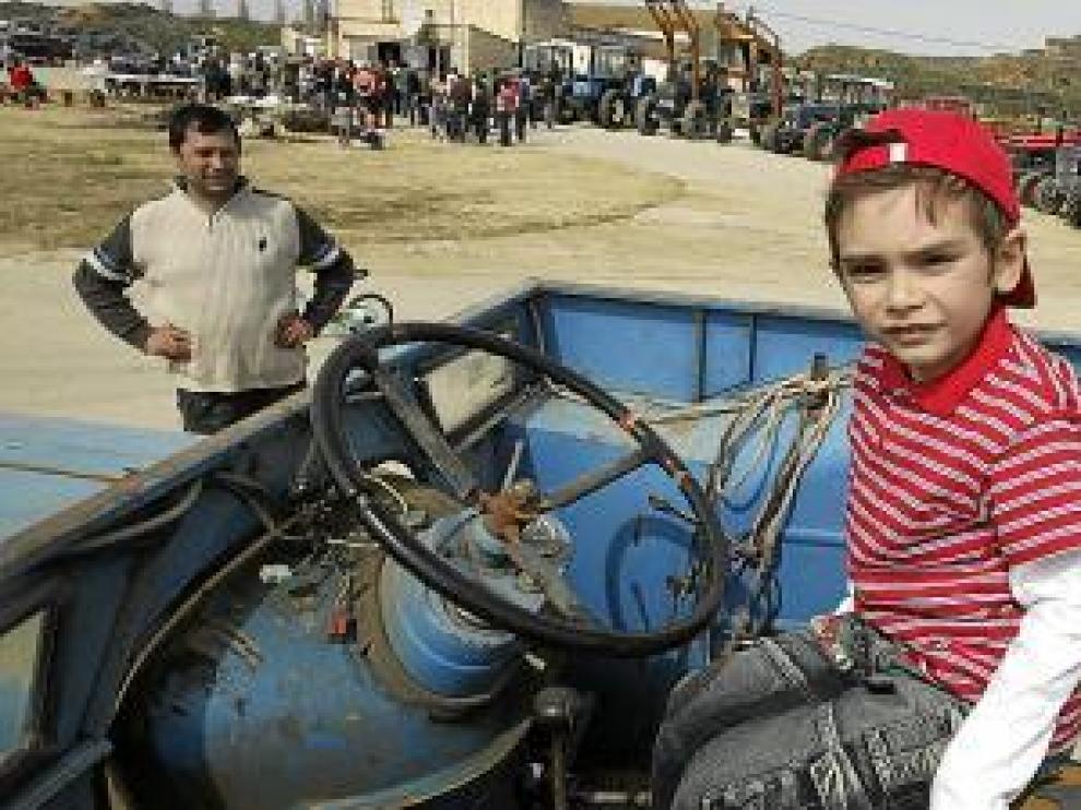 Los niños también se subían a los tractores durante la celebración.