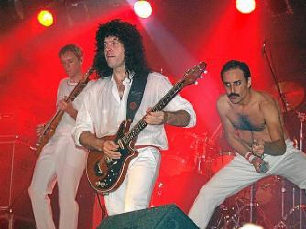 Integrantes del grupo Dios salve a la eina durante el concierto.