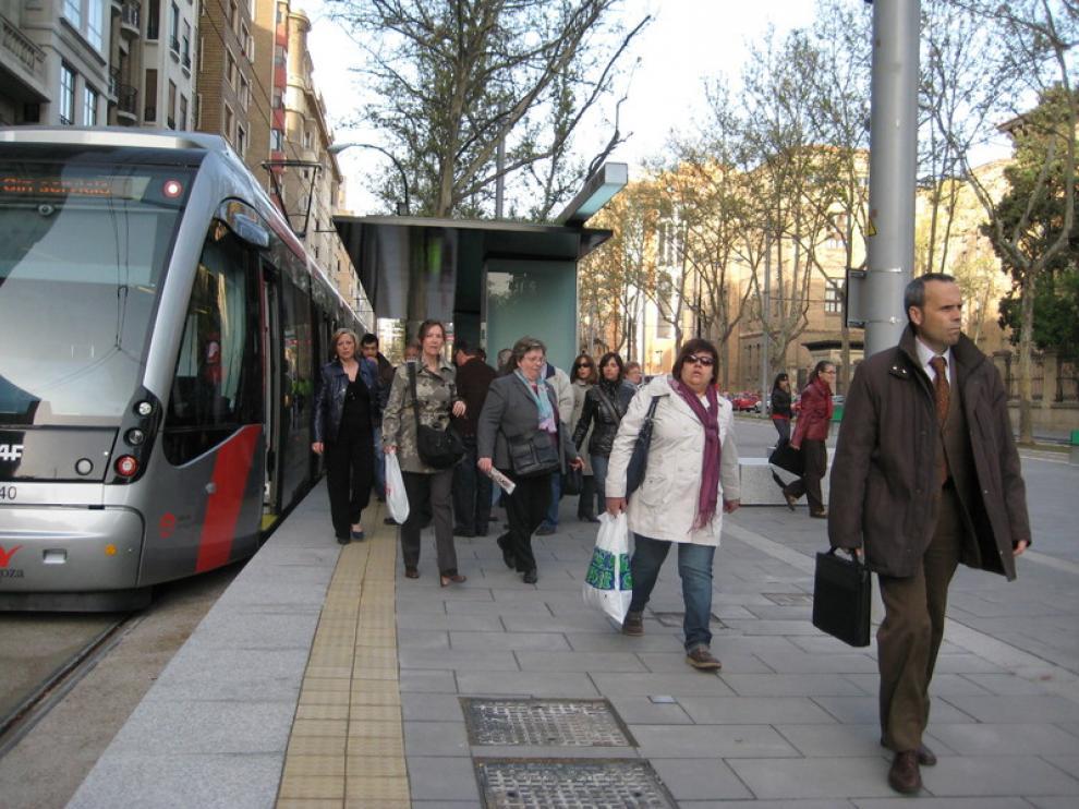 Viajeros del tranvía apeándose en Gran Vía
