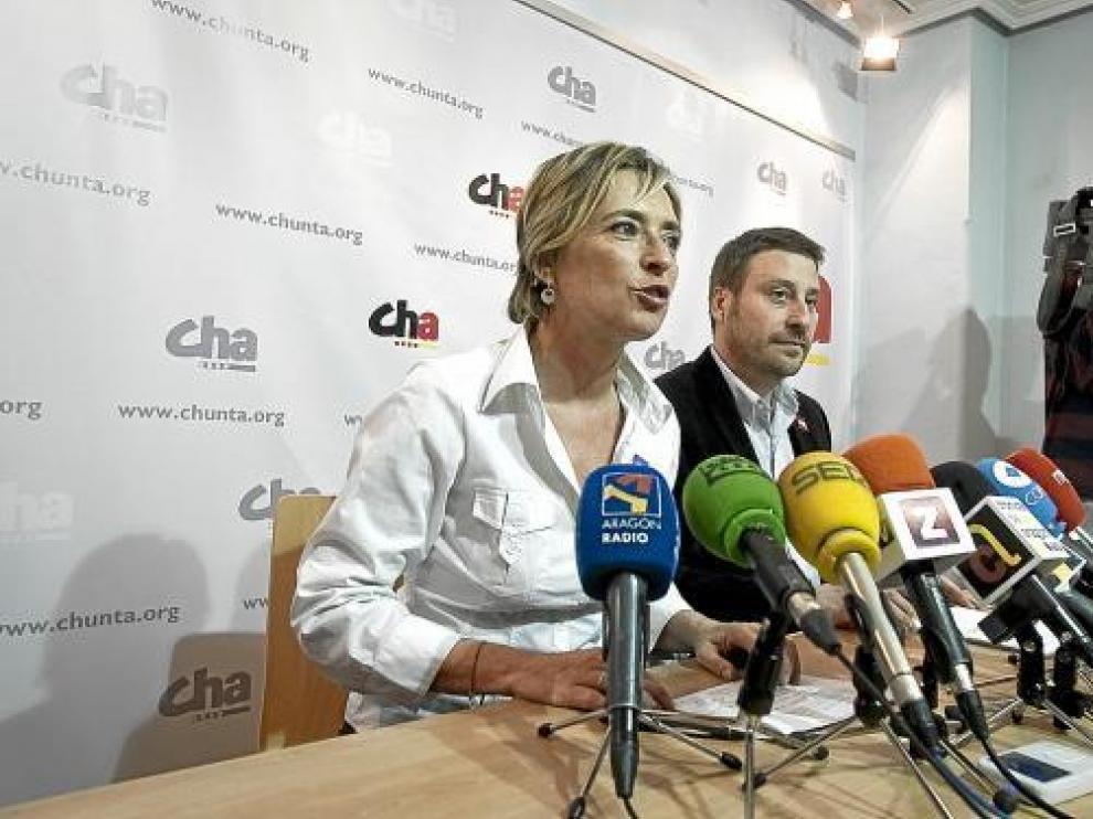 Nieves Ibeas y José Luis Soro presentaron ayer su programa electoral en la sede del partido.