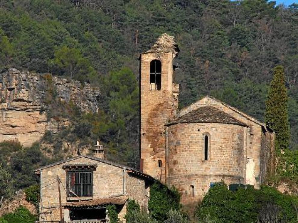 Las humedades, entre la torre y el templo, son visibles a distancia.