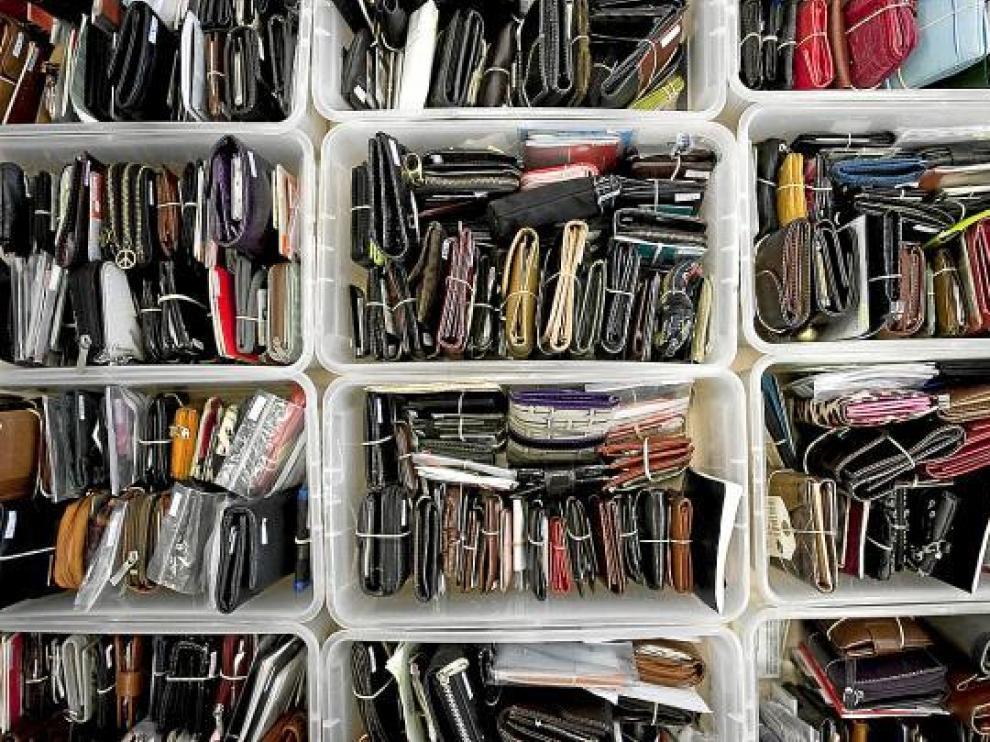 En la oficina municipal de objetos perdidos almacenan actualmente todas estas carteras y billeteras.