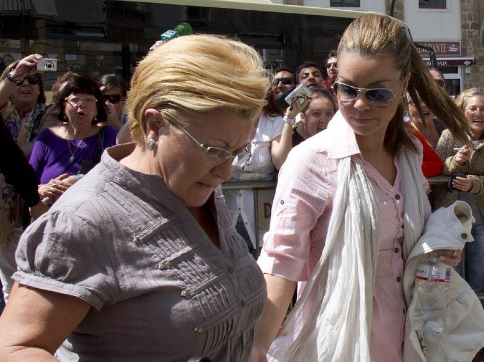 María José Campanario y su madre Remedios Torres a su llegada a la Audiencia Provincial de Cádiz