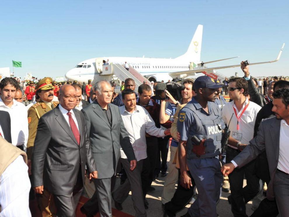 El presidente de Suráfrica, Jacob Zuma, a su llegada a Trípoli en Libia.