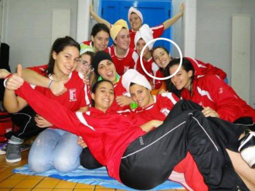 Marina (con un círculo blanco) con sus compañeras de equipo