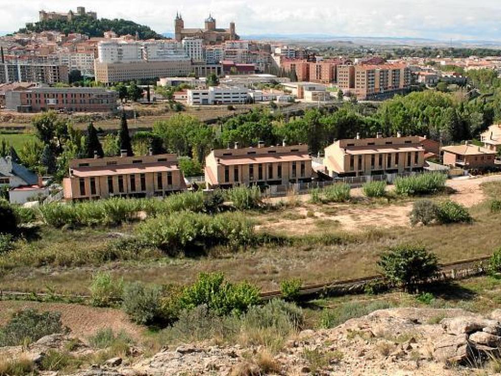 Terrenos en los que se construirá el nuevo hospital de Alcañiz. Al fondo, la ciudad.