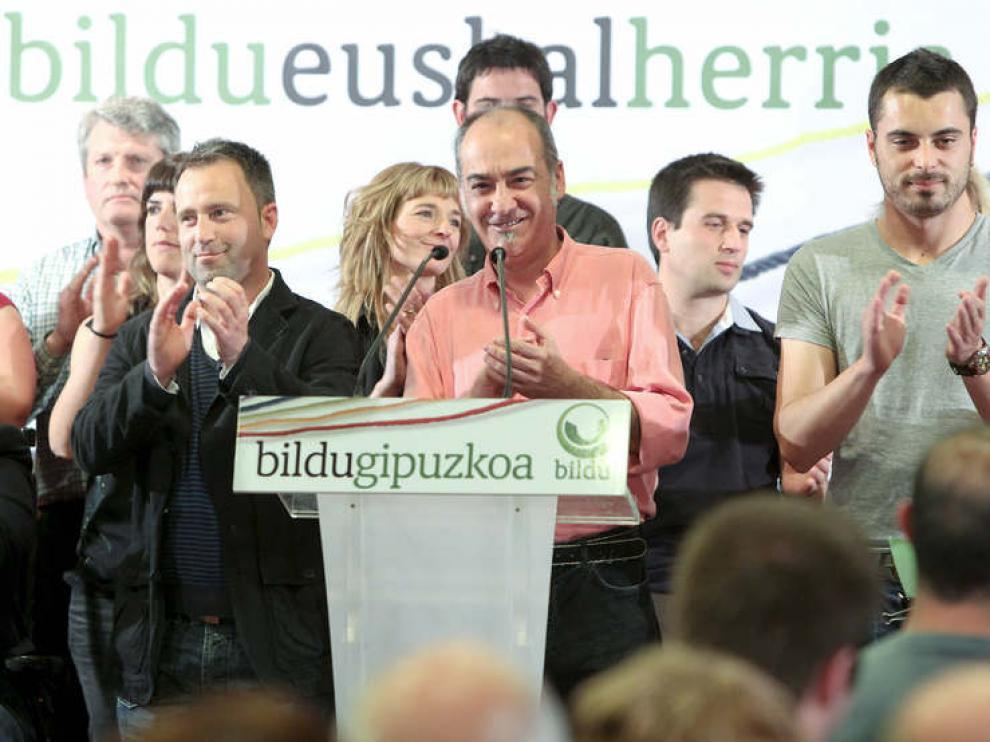 El ex redactor jefe de EGIN, Martin Garitano (c), junto a los candidatos de la coalición Bildu, Iñaki Agirrezabalaga (i), y Ander Rodriguez (d)