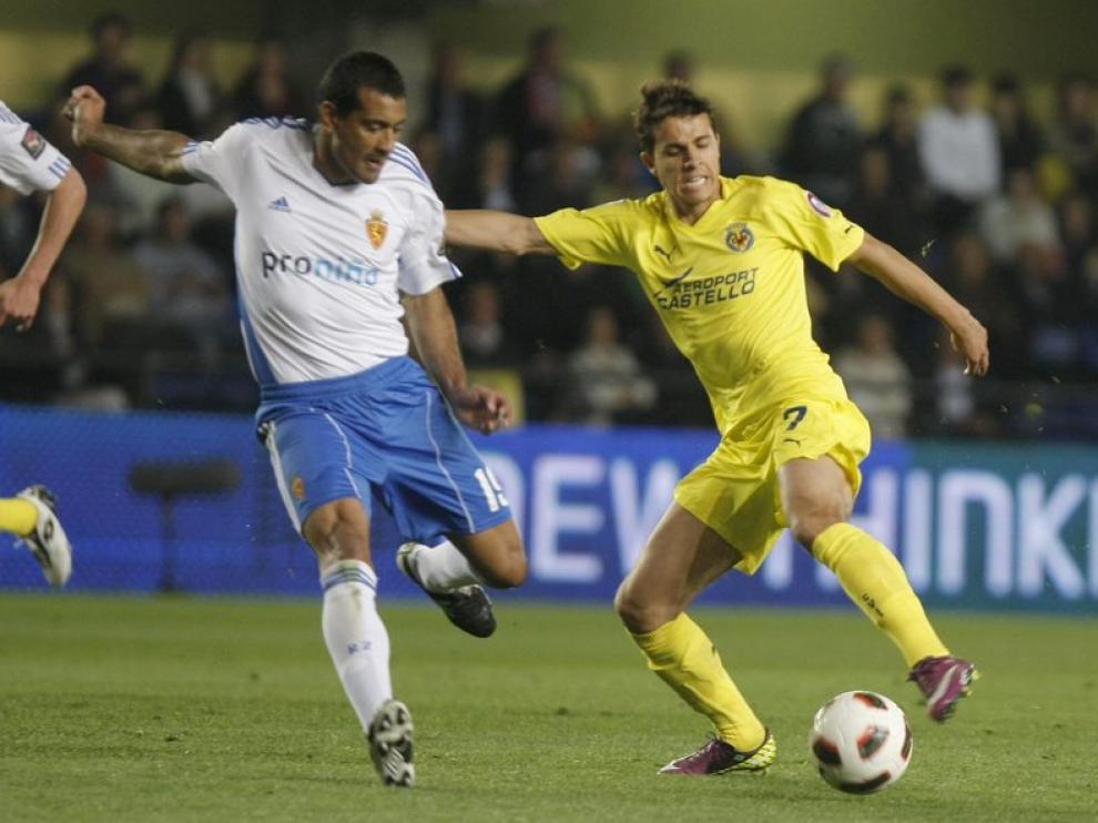 Da Silva lucha por un balón contra un jugador del Villarreal