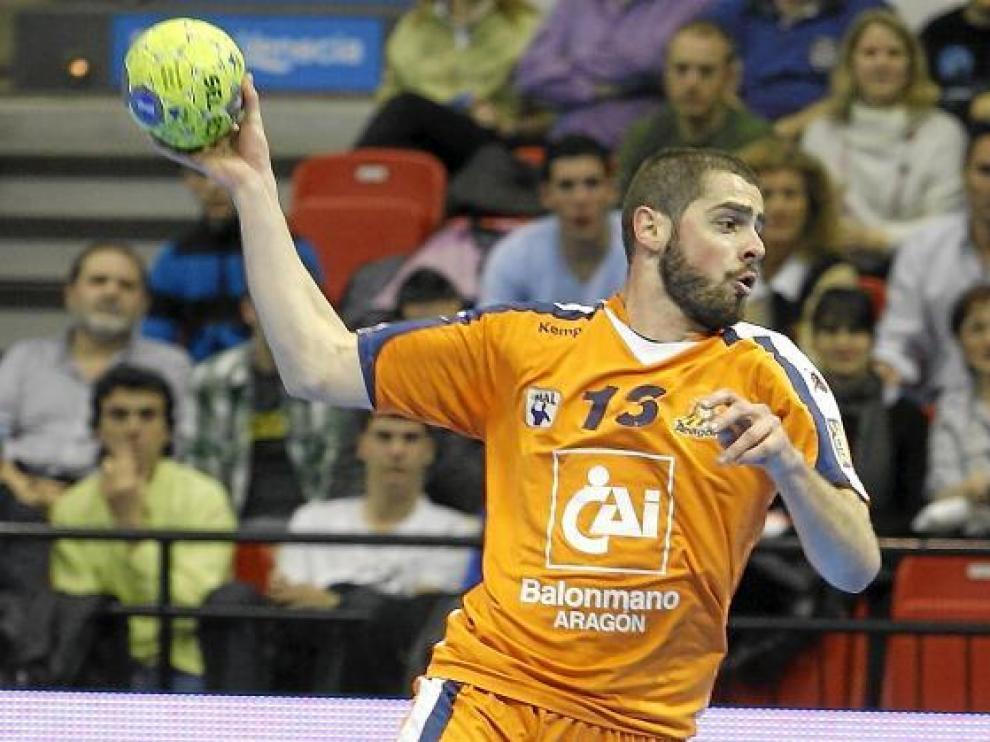 Stojanovic arma el brazo para efectuar un lanzamiento.